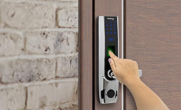 Fechadura digital 5 em 1 biometria, senha, tag, chave e app intelbras  abre para direita FR 500 D - JS Soluções em Segurança