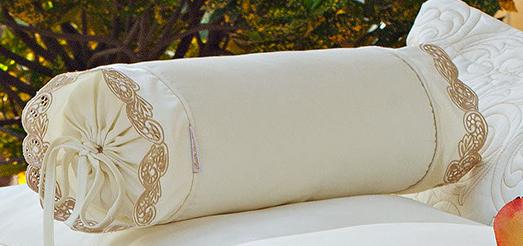 Almofada Rolinho em Fio Egipicio Percal 400 fios cor Palha Dourado - Molise