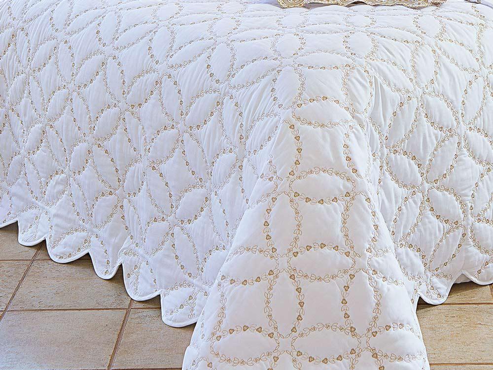 Colcha / Cobre Leito Bordado Queen Dourado e Branco em Percal Algodão 230 fios - Acetinado - Giornata com 3 peças