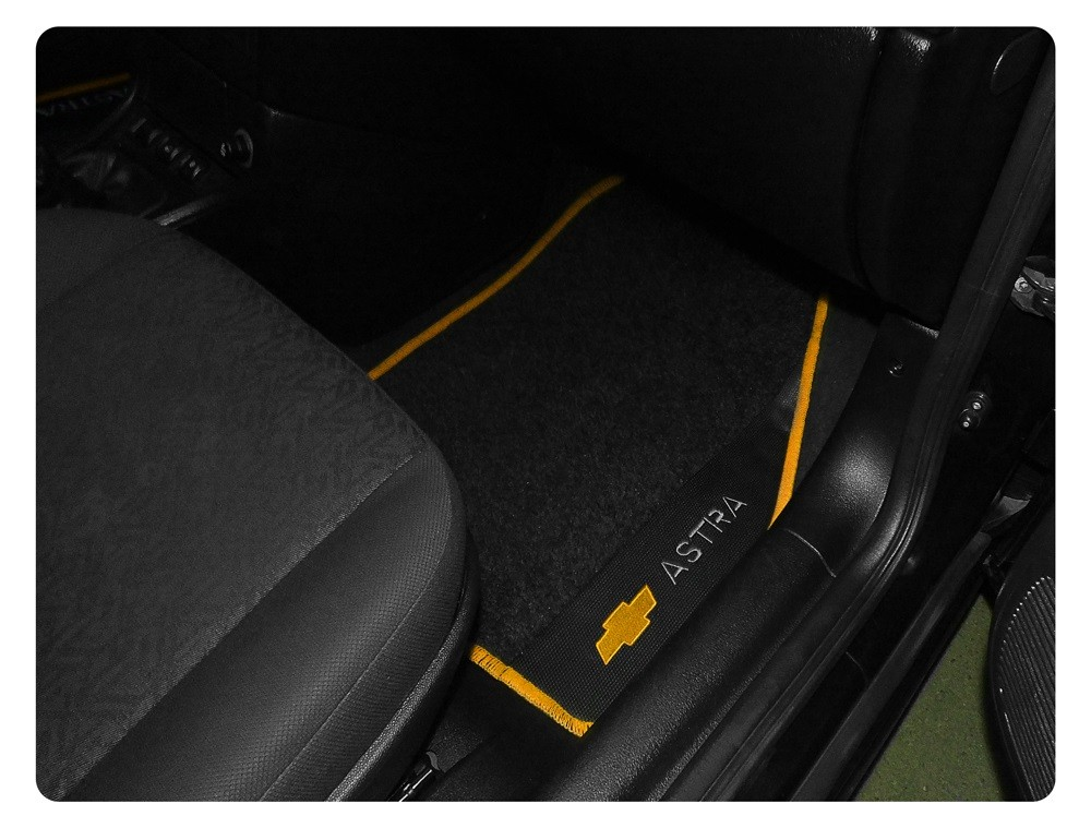 Jogo de Tapetes Astra 1999 a 2011 Carpete Bordado | Borda Amarela + Bordados Traseiros