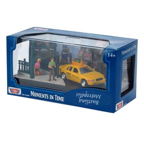 Ford Crown Victoria New York City - Bustling Metropolis - Diorama 1:64 - Motormax