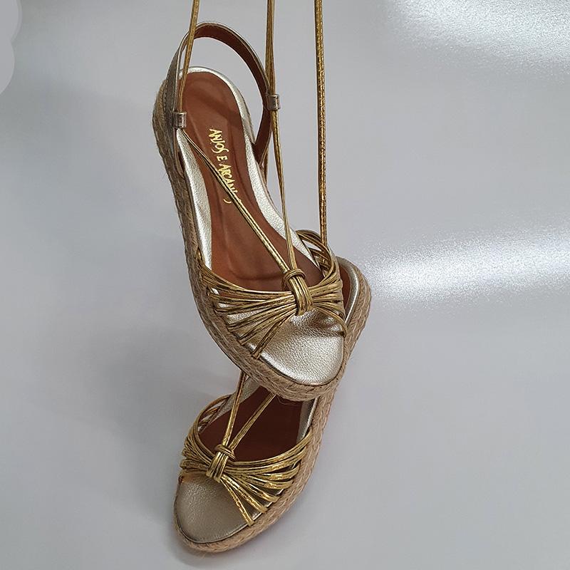 Rasteira Flatform Solado em Corda com Cabedal Metalizado Ouro e Amarração Anjos e Arcanjos
