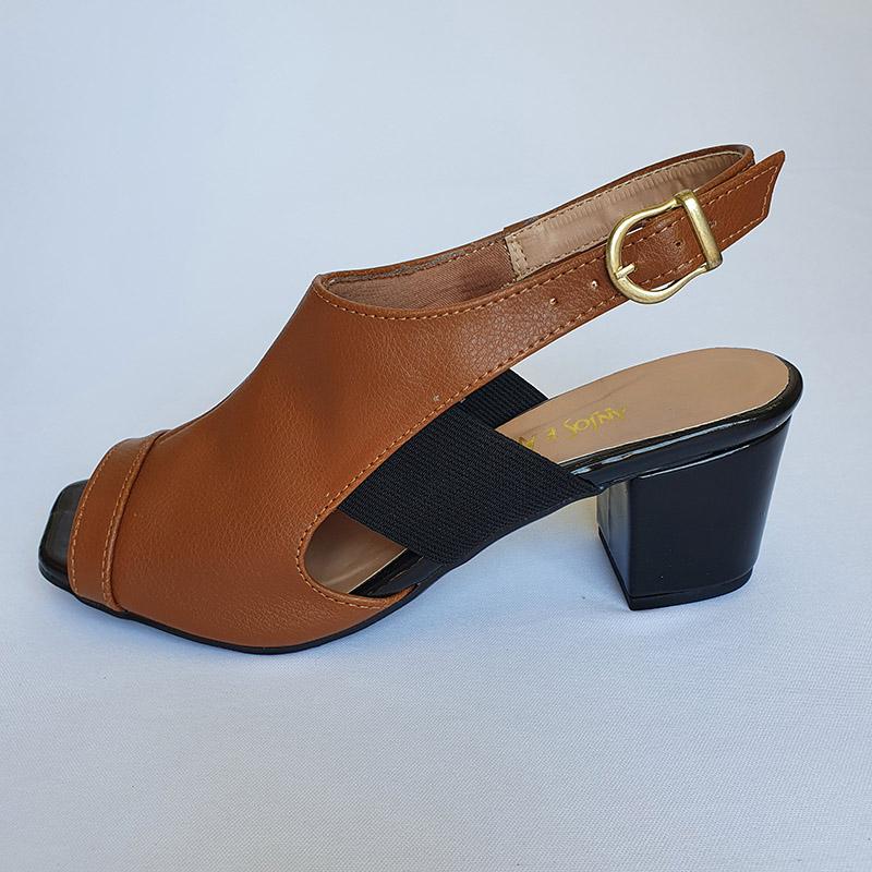 Sandália em Salto Caramelo e Detalhe Verniz Preta