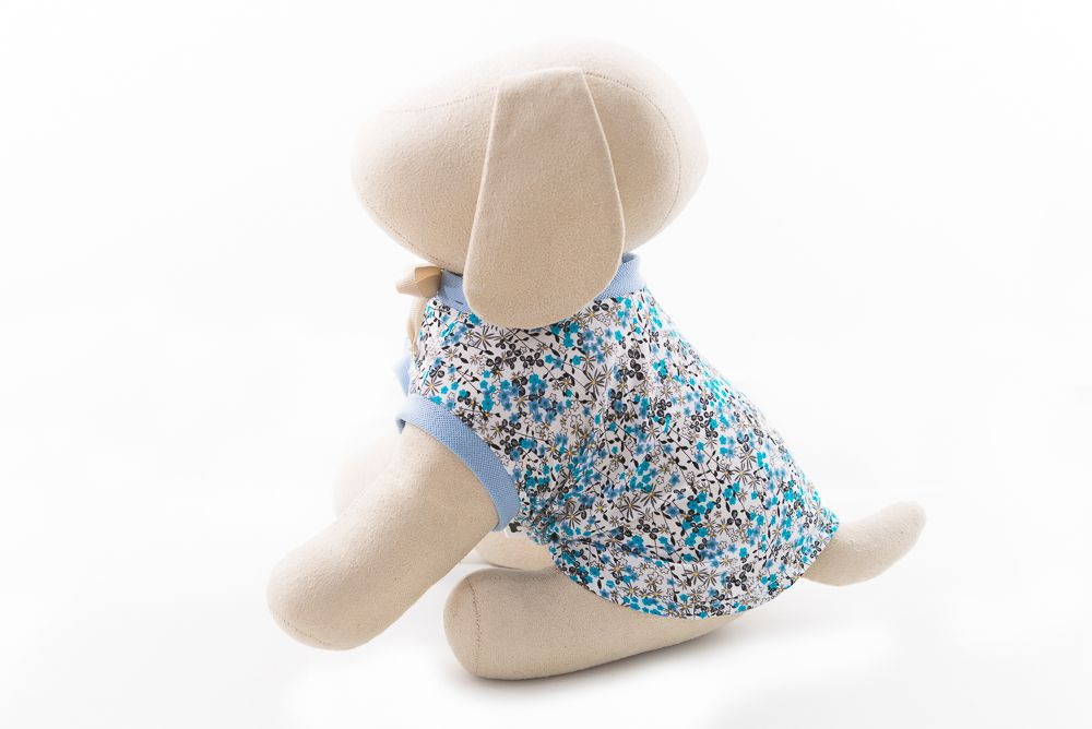 Camisa gola careca azul floral com detalhes azul liso com cadarço bege