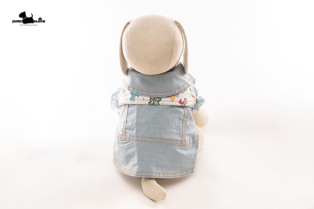 Jaqueta Jeans Pet com detalhes de pesponto amarelo com tecido fundo branco e estampa de Flor de Liz