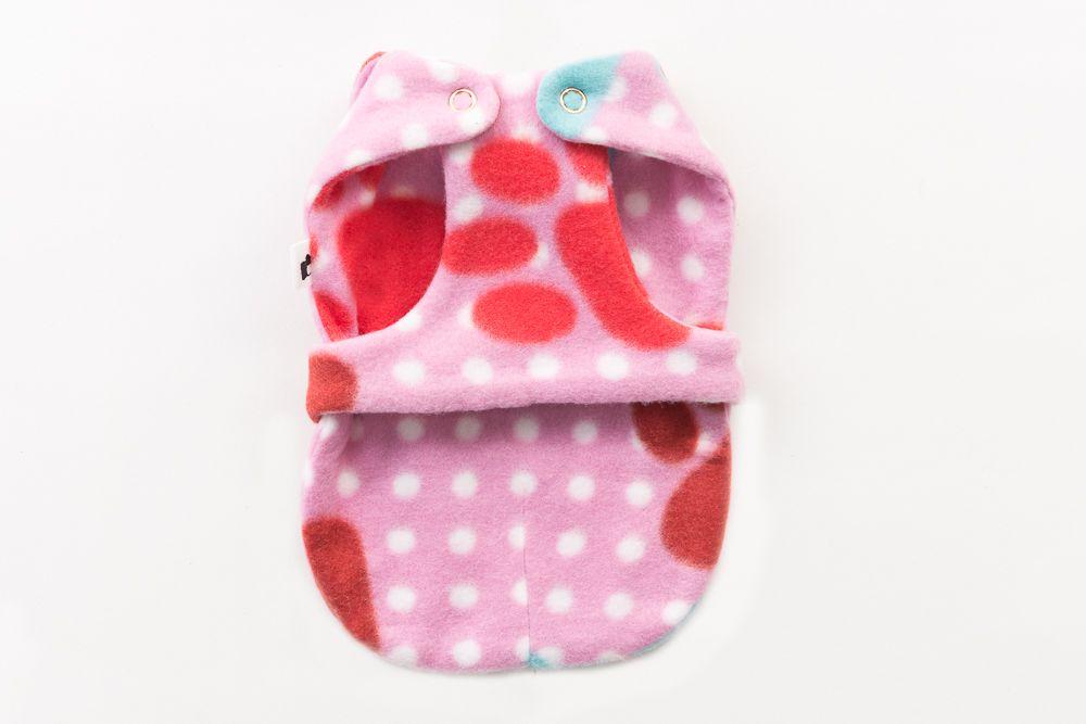 Roupa com diferente designe com botões no pescoço e barriga na cor Rosa com patas