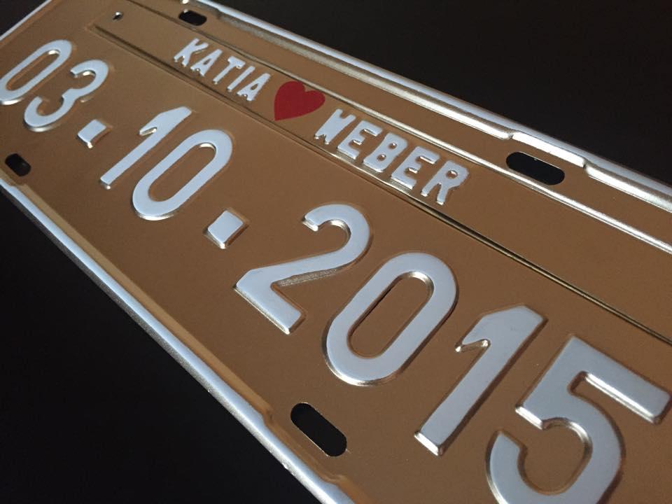 Placa de Carro Personalizada para Casamento - Noivos - Prensada Dourada letras brancas P07