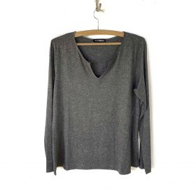 Blusa decote careca com vezinho cinza