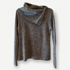 Blusa canelada gola caída cinza tricot