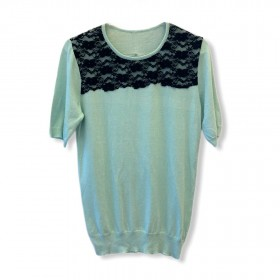 Blusa tricô manga curta menta com renda preta aplicada