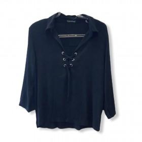 Camisa preta com ilhós
