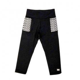 Legging capri em sportiva preto com bolsos laterais estampa preto e branco com bolso ziper atrás
