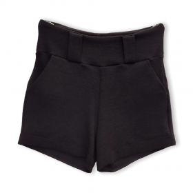 Short buclê preto com bolsos