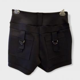 Short preto com detalhe bolso