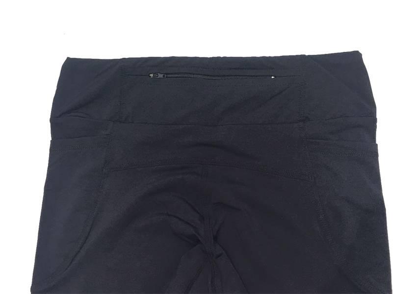 Legging capri preta com bolsos laterais e bolso zíper atrás