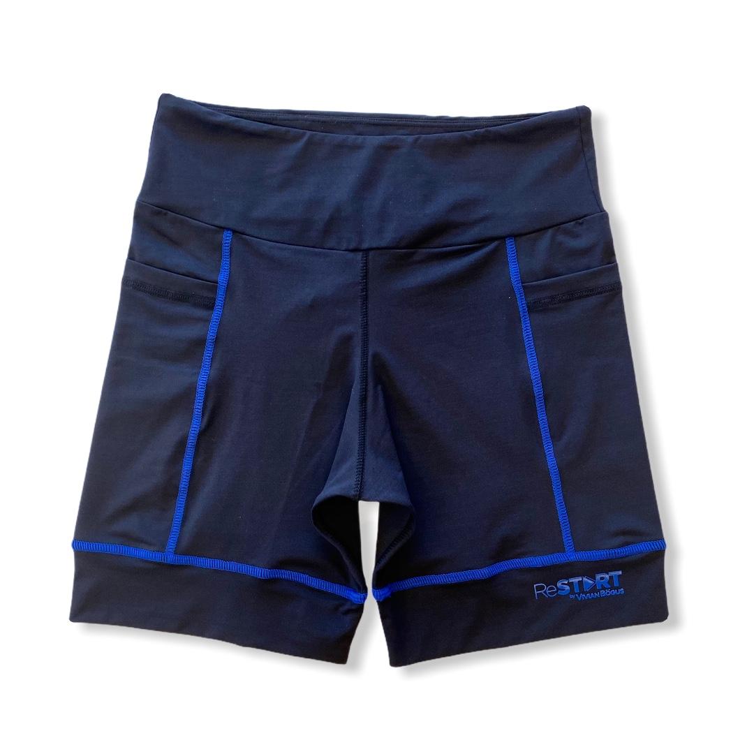 Bermuda de compressão ReStart  com bolsos laterais em bodytex preto com costuras azul royal (UNISSEX)  - Vivian Bógus
