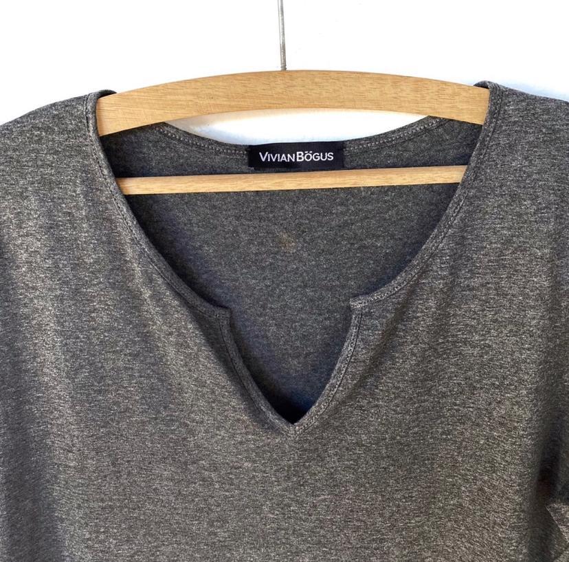 Blusa decote careca com vezinho cinza  - Vivian Bógus