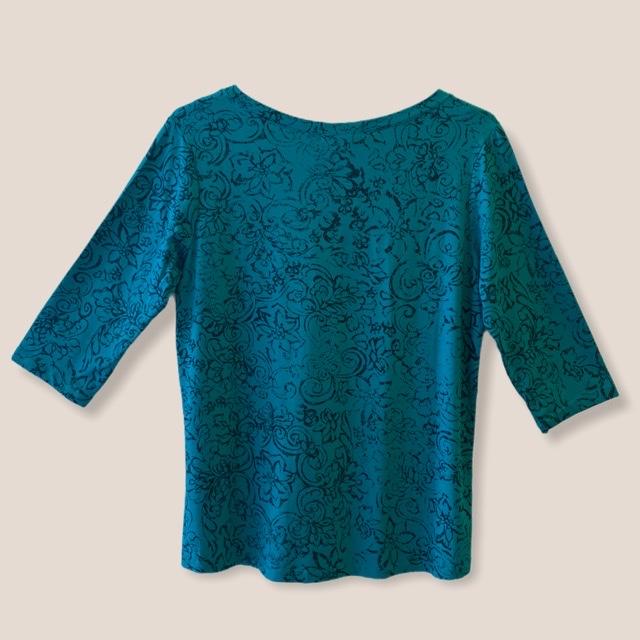 Blusa decote v verde estampada