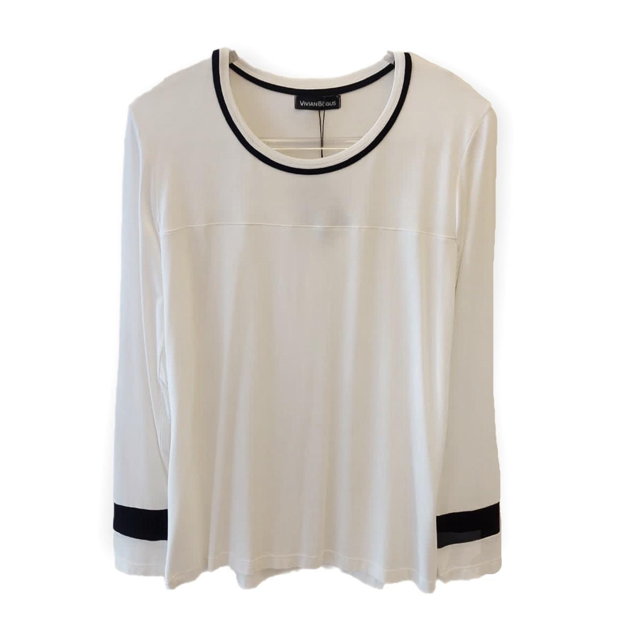 Blusa off white com friso preto no decote e manga longa