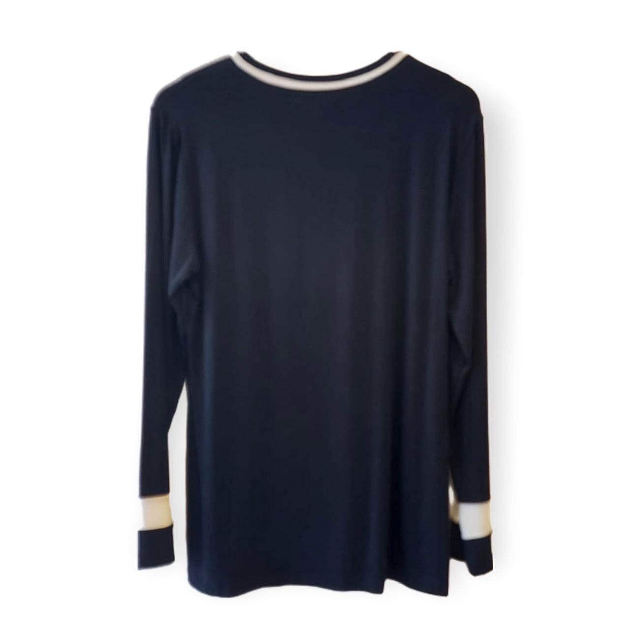 Blusa preta com friso off white no decote e manga longa