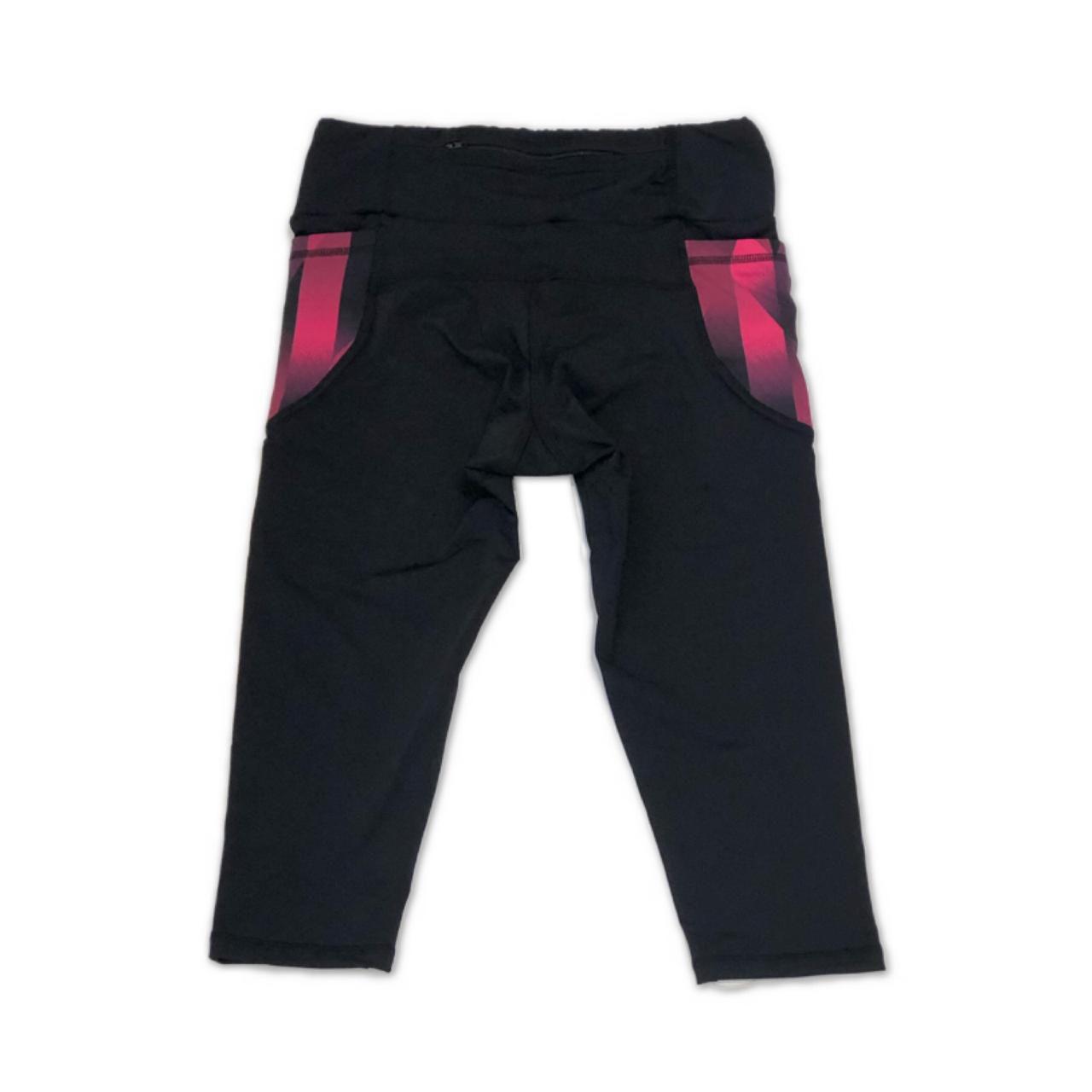 Legging capri em sportiva preto com bolsos laterais cherry e bolso ziper atrás  - Vivian Bógus