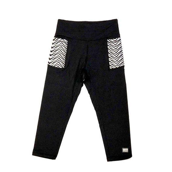 Legging capri em sportiva preto com bolsos laterais estampa preto e branco com bolso ziper atrás  - Vivian Bógus