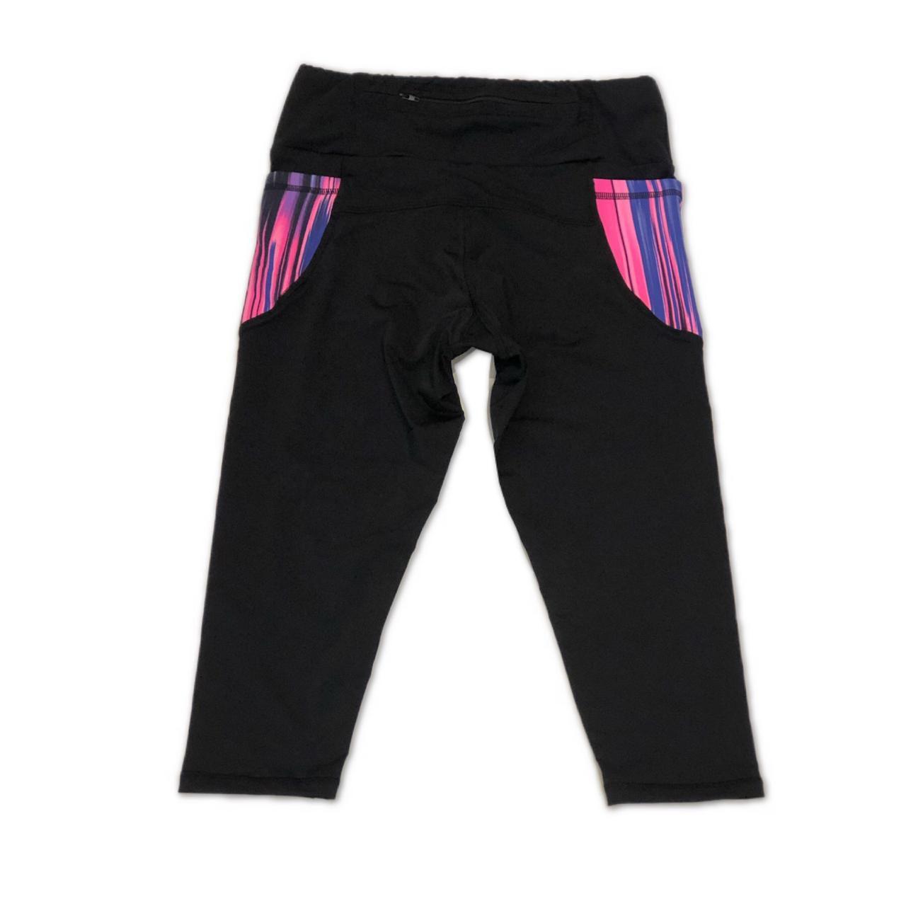 Legging capri em sportiva preto com bolsos laterais listrado e bolso ziper atrás