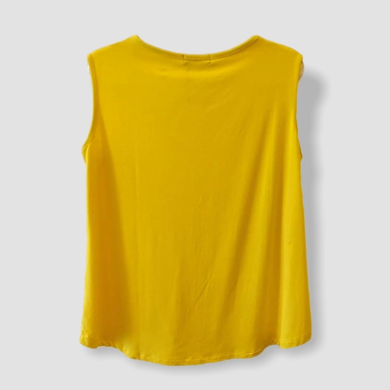 Regata amarela decote V pesponto  - Vivian Bógus