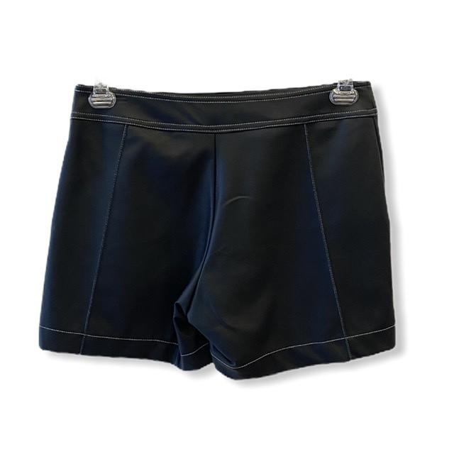 Shorts couro fake preto com zíper lateral