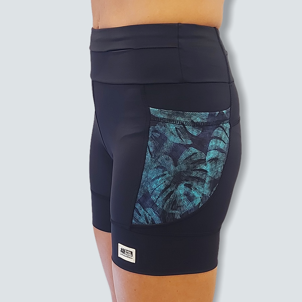 Shorts de compressão 1500 bolsos em sportiva preto com bolsos laterais estampa Folhagem  - Vivian Bógus