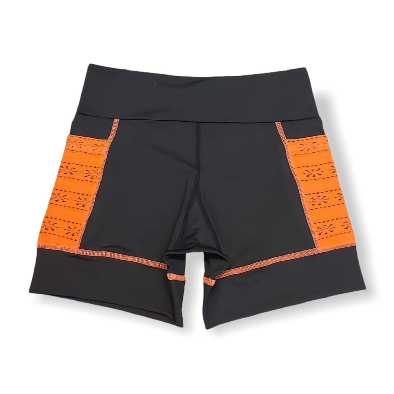 Shorts de compressão 2 bolsos laterais Square em sportiva preto bolsos laranja  - Vivian Bógus