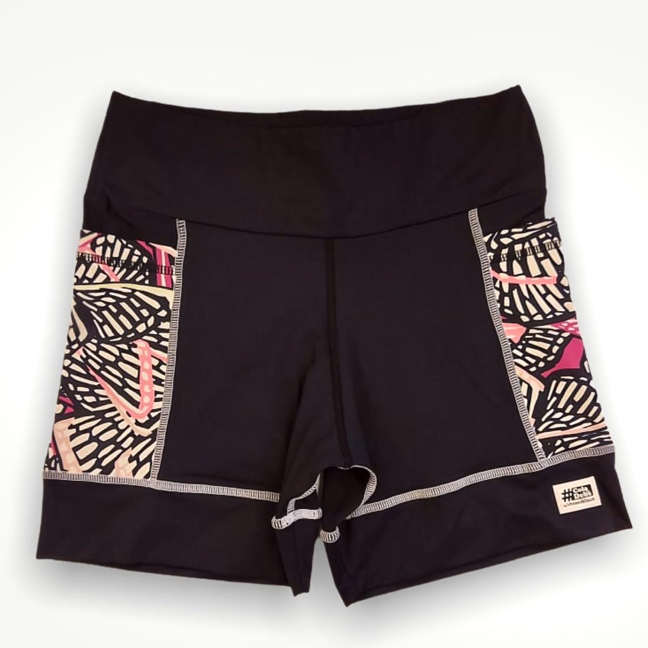 Shorts de compressão Square em bodytex preto com bolsos laterais estampa borboletas  - Vivian Bógus