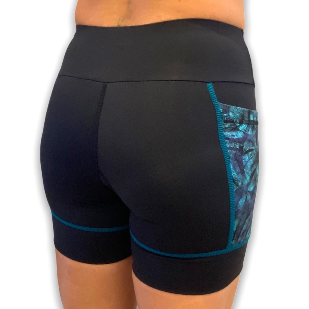 Shorts de compressão Square em bodytex preto com bolsos laterais estampa folhagem  - Vivian Bógus