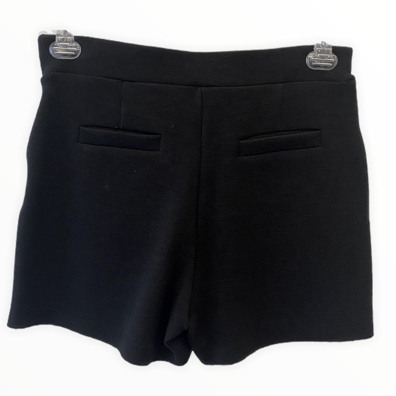 Shorts em buclê preto com saia sobreposta
