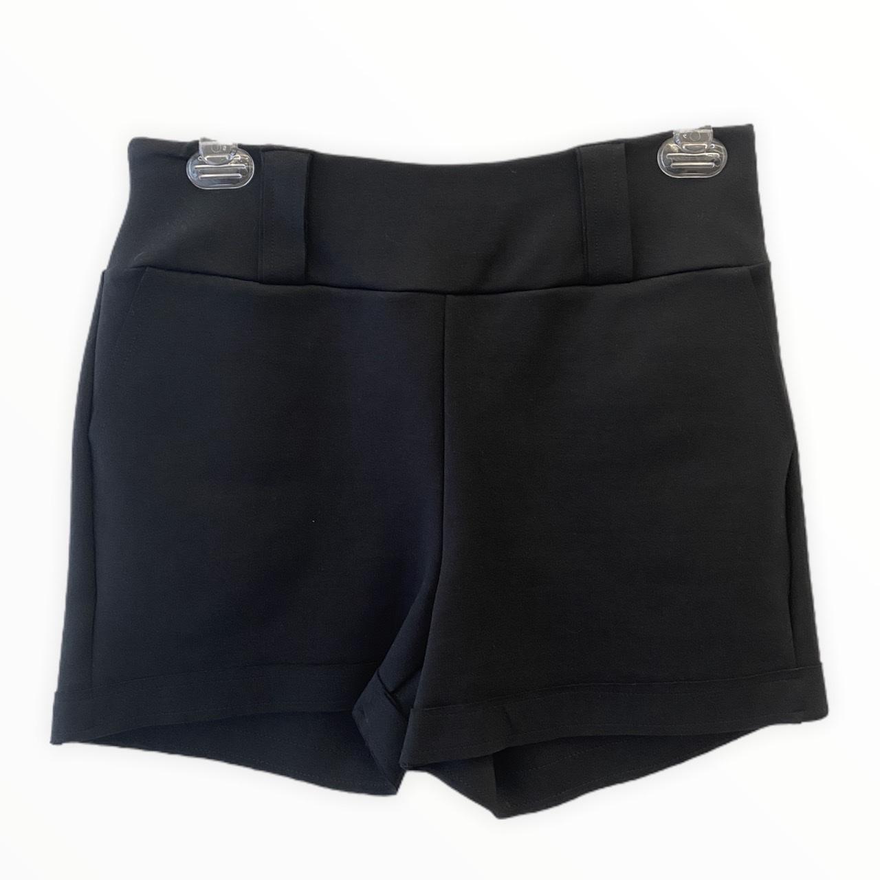 Shorts em neoprene preto com detalhes botões marmorizados