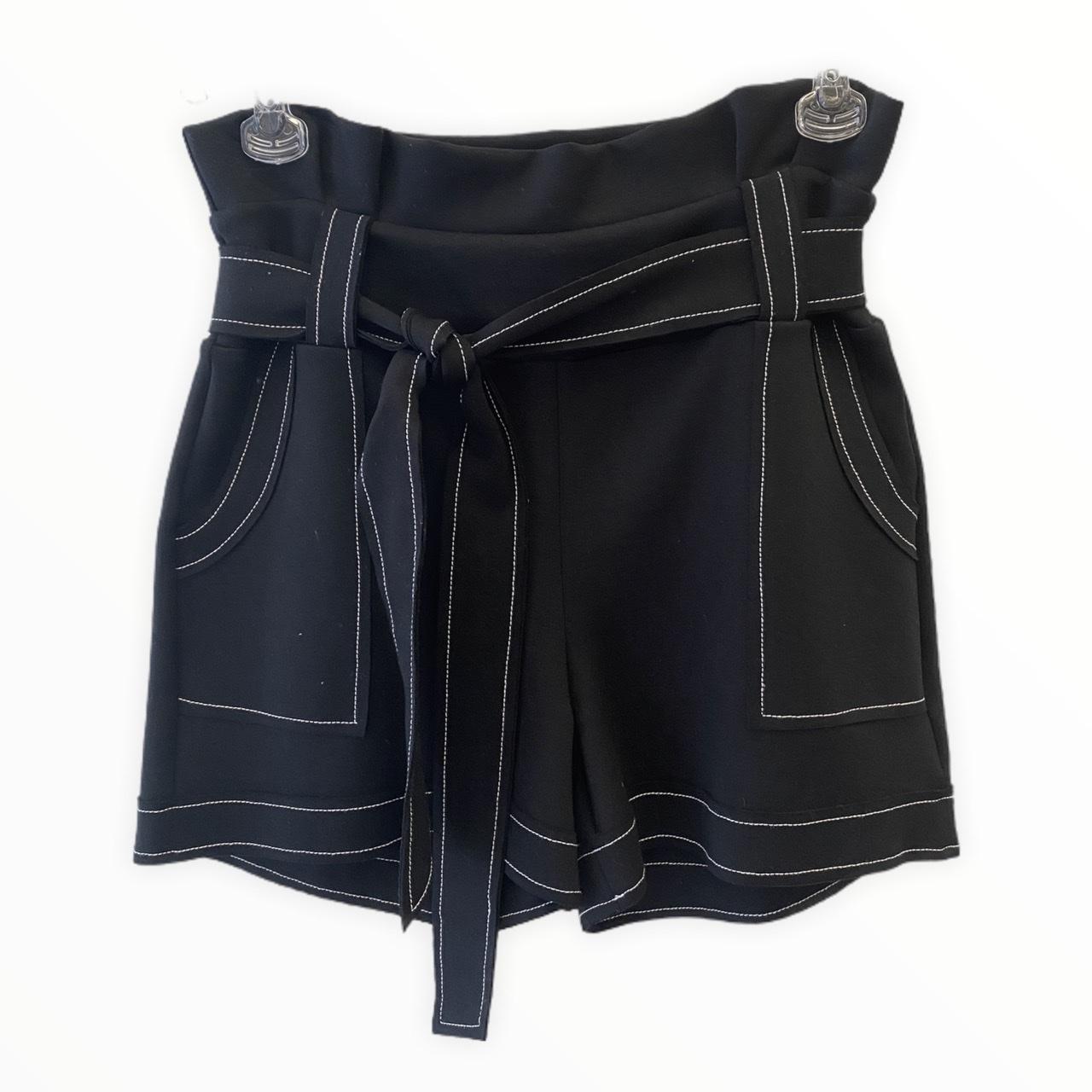 Shorts em neoprene preto pesponto branco com faixa