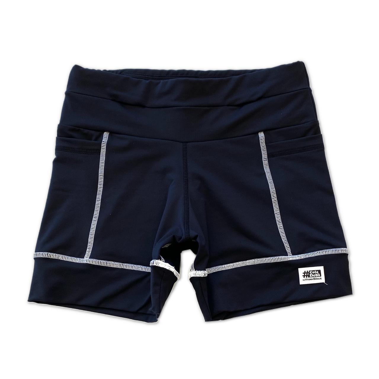 Shorts Multibolsos preto com costura branca em compress  - Vivian Bógus