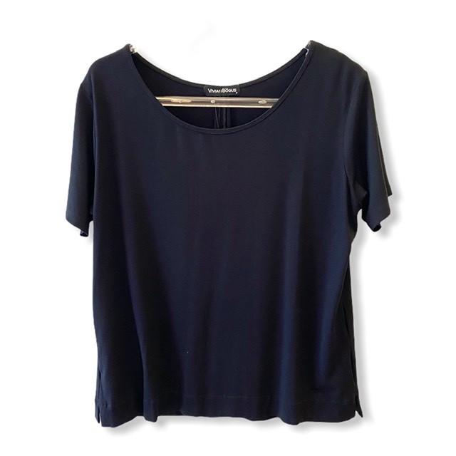 T-shirt basic prega nas costas preta  - Vivian Bógus
