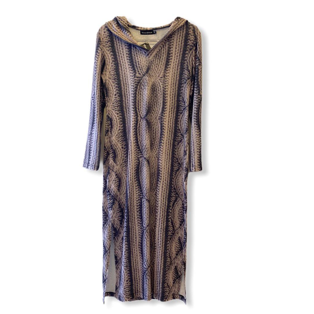 Vestido longo com capuz estampa cordas  - Vivian Bógus