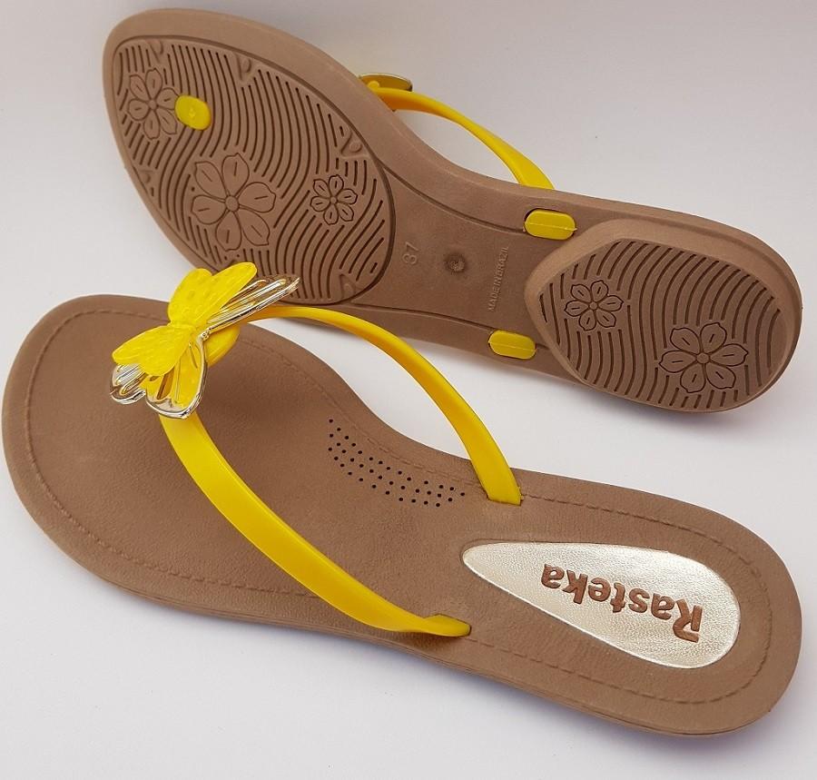 Sandália Rasteira Rasteka Super Confortável - Borboletas Amarela e Prata, Solado Bege e Tiras Amarelas  - ShopNoroeste.com.br