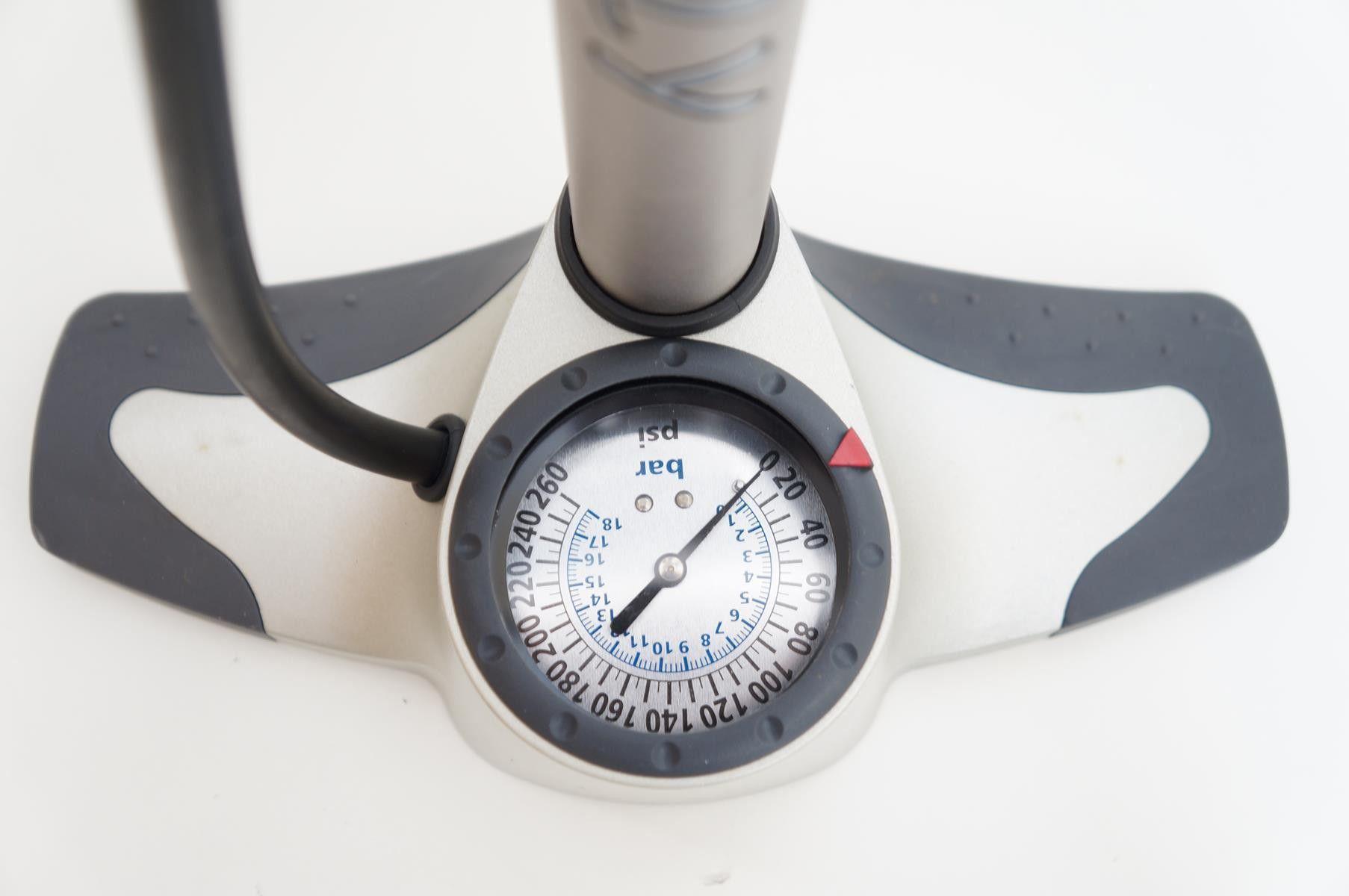 Bomba de Pé para bicicletas Giyo GF12 Com Manômetro alta pressão 260psi