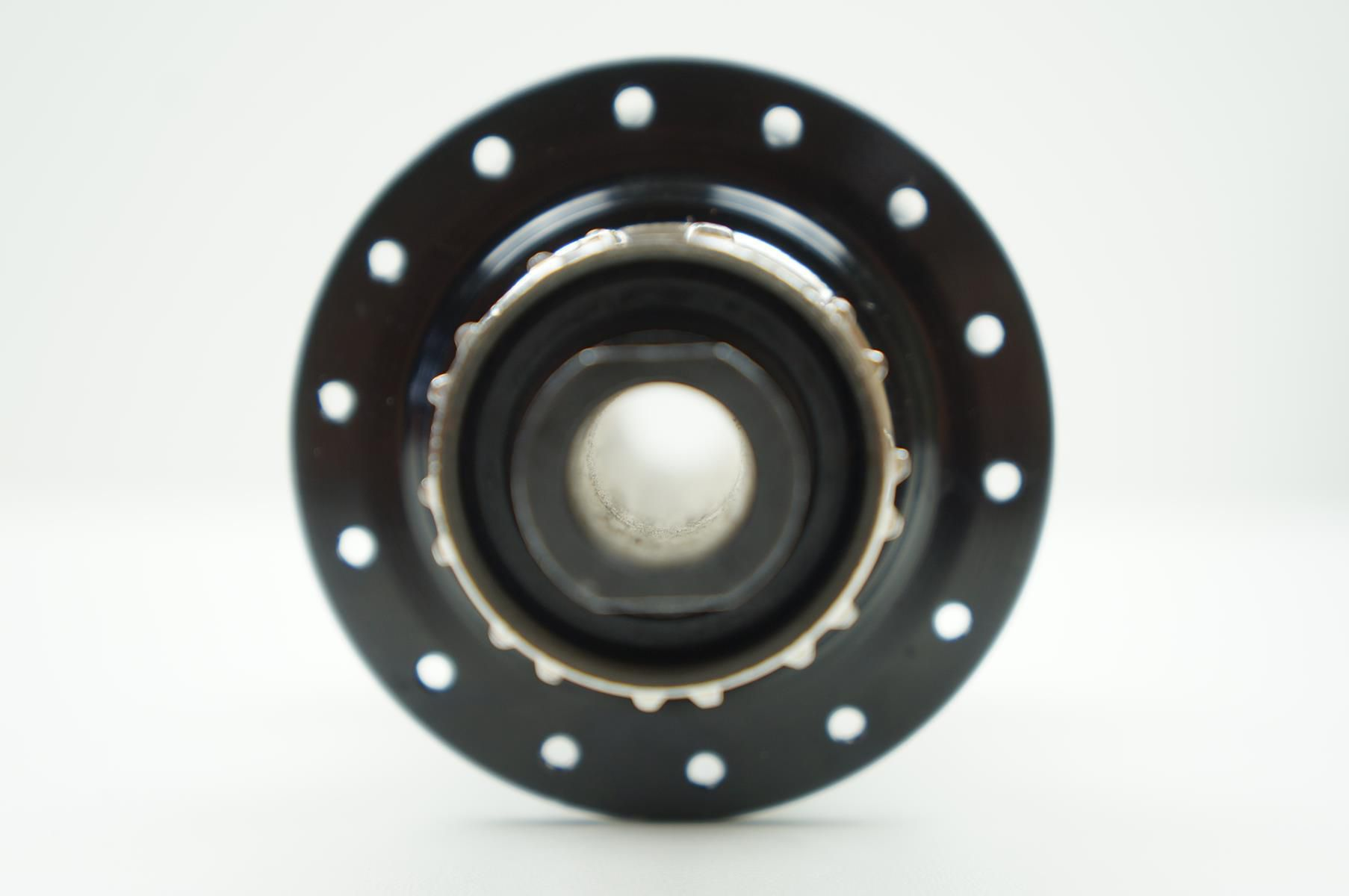 Cubo Traseiro Absolute Prime 142 x 12mm 28 Furos com Rolamentos Eixo Passante