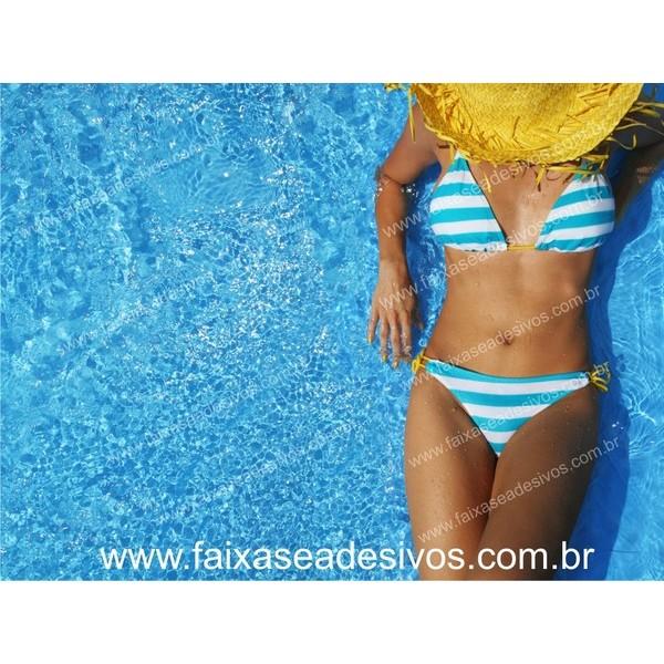 Mulher de Biquini na água Imagem em alta definição  - FAC Signs Impressão Digital