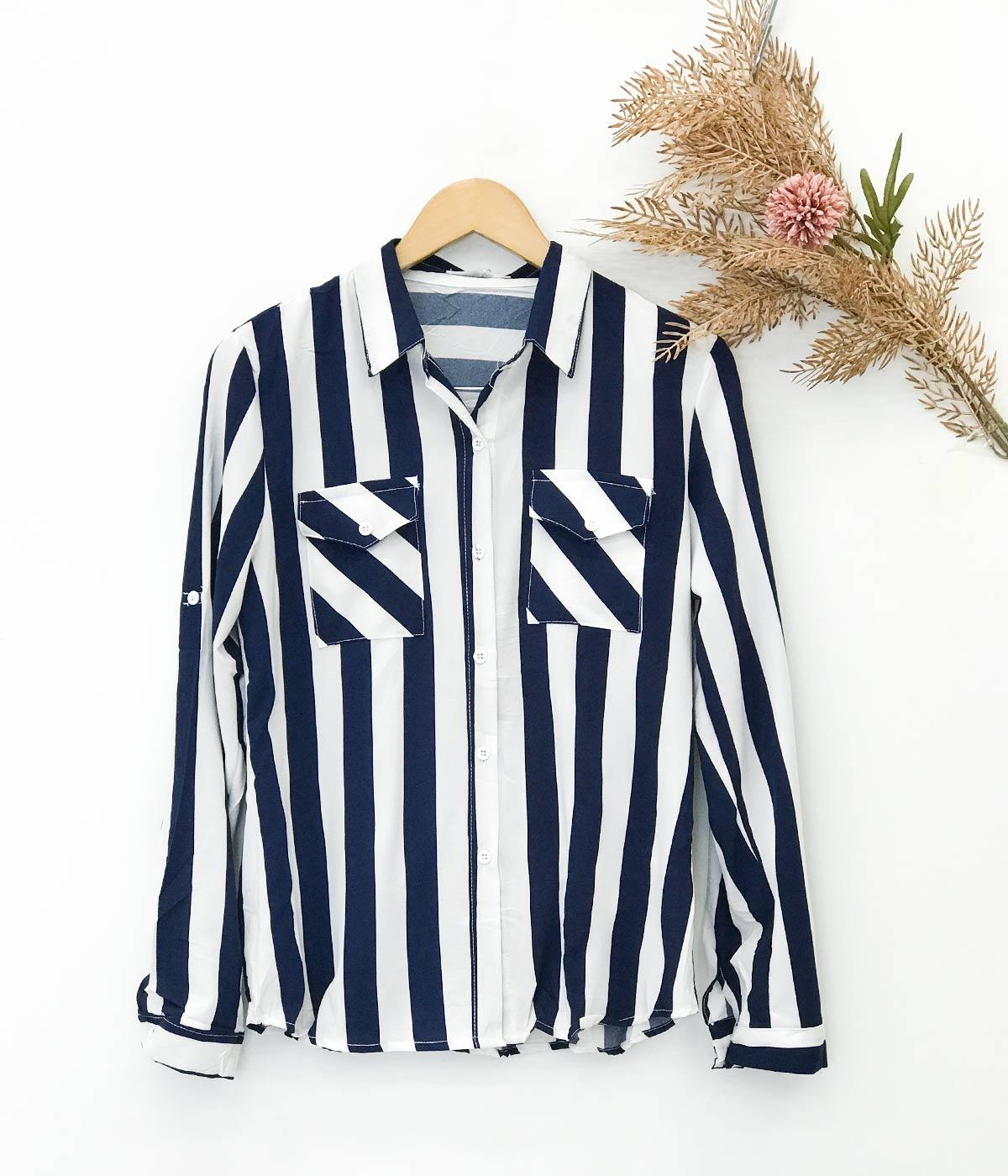 Blusa Social Listrada Com Bolso Azul Marinho