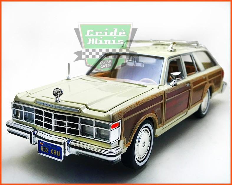 Chrysler LeBaron Town & Country Wagon 1979 com caixa individual e base - escala 1/24