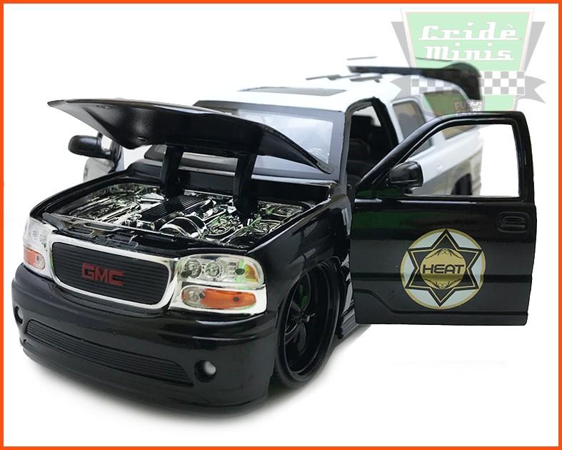 GMC Yukon Denali POLICE 2002 - escala 1/24