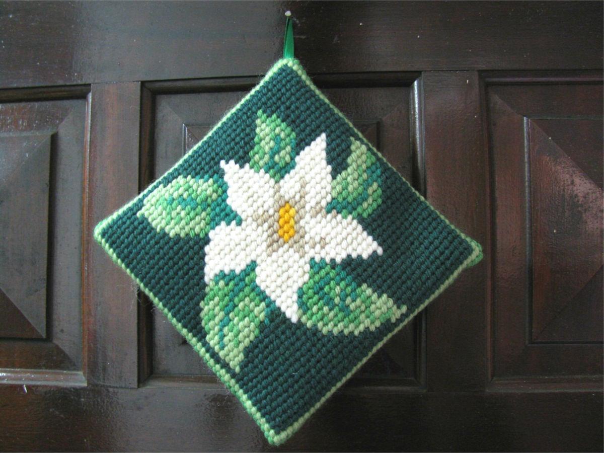Almofadinha de Porta Flor Branca Fundo Verde  - Conceição Spinola Tapeçaria