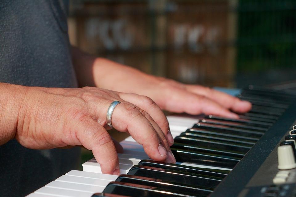 Aulas de TECLADO INICIANTE para ADULTOS pela Internet - Aprenda com confiança. Professora de Música Luciane Borges Loja Mineira do Músico Aulas de Teclado Adultos Jovens, Senhores e Senhoras por Video