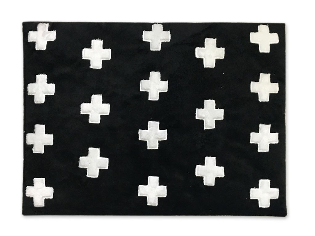 Tapete de Pelúcia Black Cross Preto e Branco (1,20 x 0,90m)
