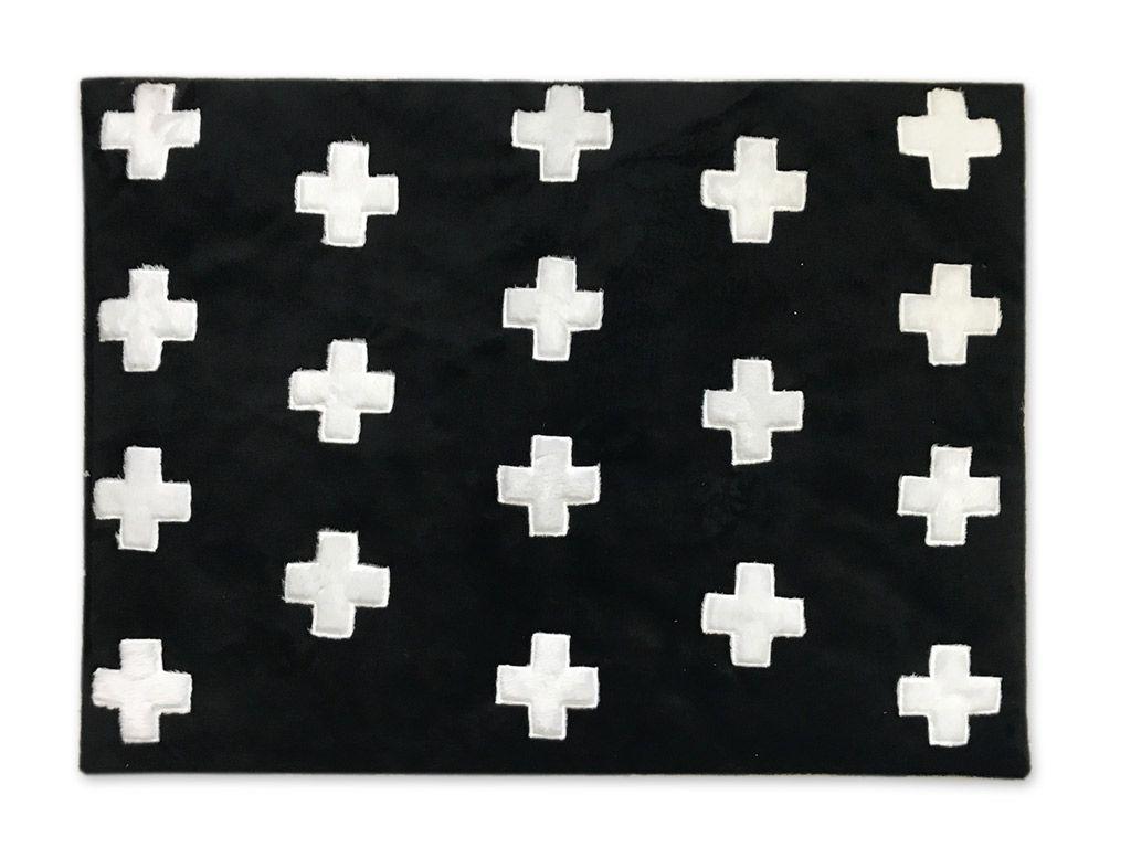 Tapete de Pelúcia Black Cross Preto e Branco (1,20 x 0,90m)